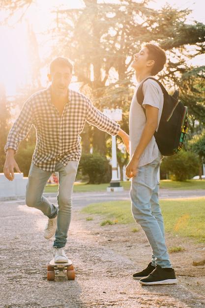 Padre e hijo felices en el día del padre Foto gratis