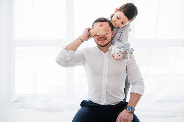 Padre e hijo jugando juntos en el día del padre Foto gratis