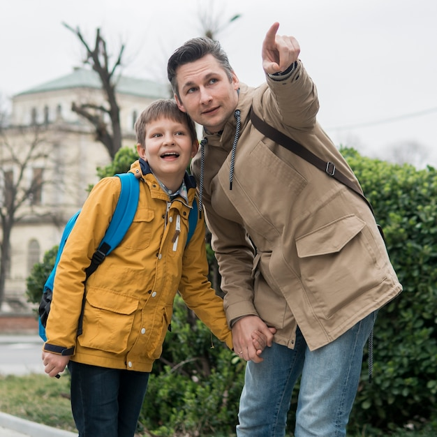 Padre e hijo pasan tiempo al aire libre Foto gratis