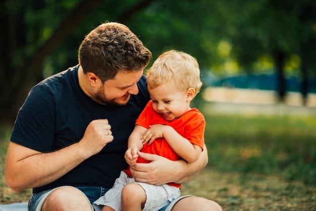 Padre e hijo teniendo un tiempo maravilloso juntos Foto gratis