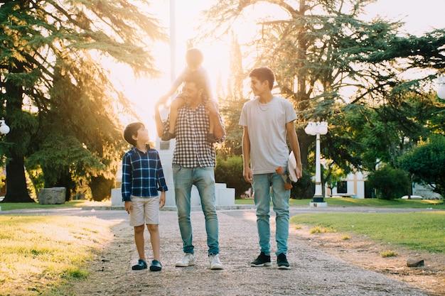 Padre e hijos felices en el día del padre Foto gratis