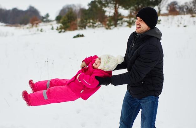 Padre feliz juega con su hija. Foto gratis