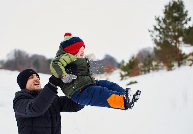 El padre está feliz de pasar tiempo con su hijo. Foto gratis