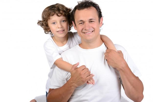 Padre y niño sentados en colchones Foto Premium