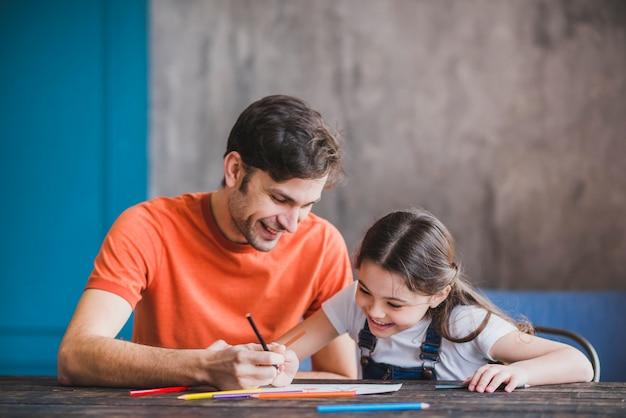 Padre pintando con hija en el día del padre Foto Premium