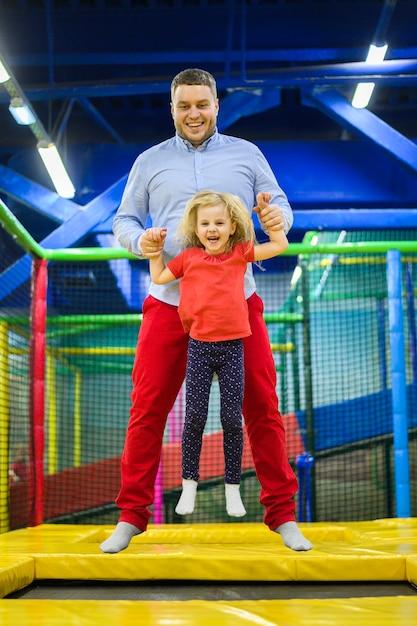 Padre saltando con encantadora hija Foto gratis