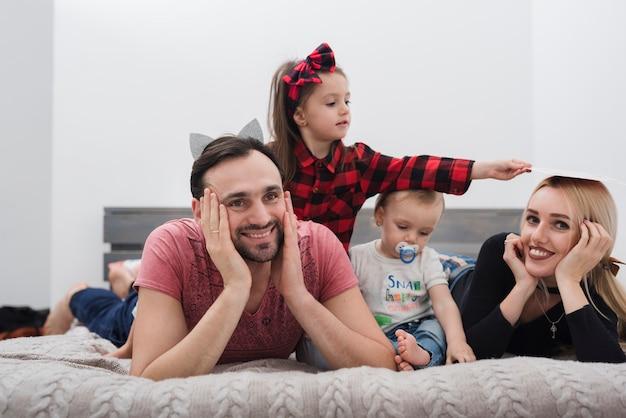 Padre sonriendo disfrutando de la familia Foto gratis