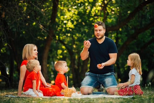Padre de tiro largo jugando con su familia Foto gratis