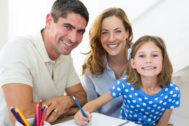 Padres ayudando a hija a colorear en casa   Descargar Fotos premium