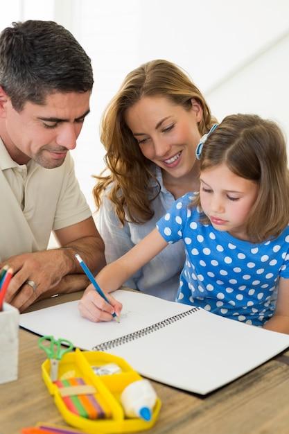 Padres ayudando a hija en colorear   Descargar Fotos premium