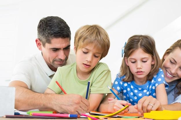 Padres ayudando a niños en colorear   Descargar Fotos premium