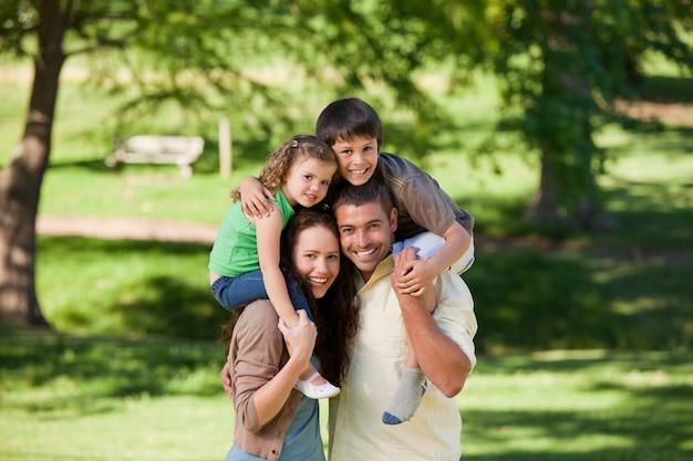 Padres dando niños a cuestas Foto Premium