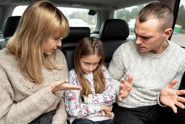 Padres e hijos discutiendo en coche Foto gratis