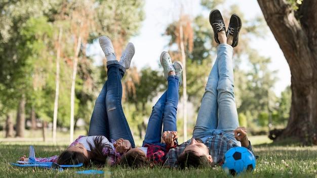 Los padres y el niño pasan tiempo juntos al aire libre Foto gratis