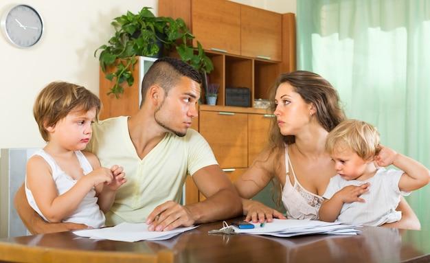 Padres con niños peleándose Foto gratis