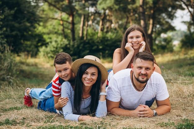 Padres con sus hijos caminando en el bosque Foto gratis