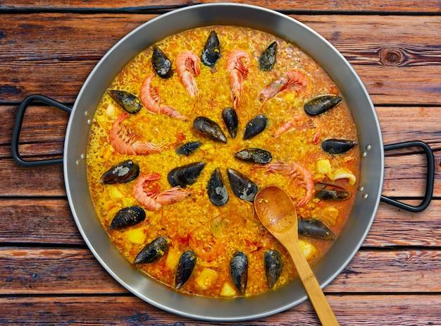 Paella de marisco de españa con receta de valencia Foto Premium