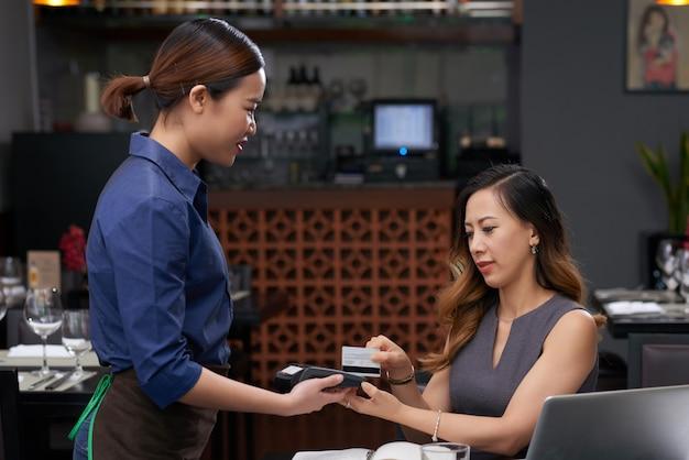 Pagando cafe Foto gratis