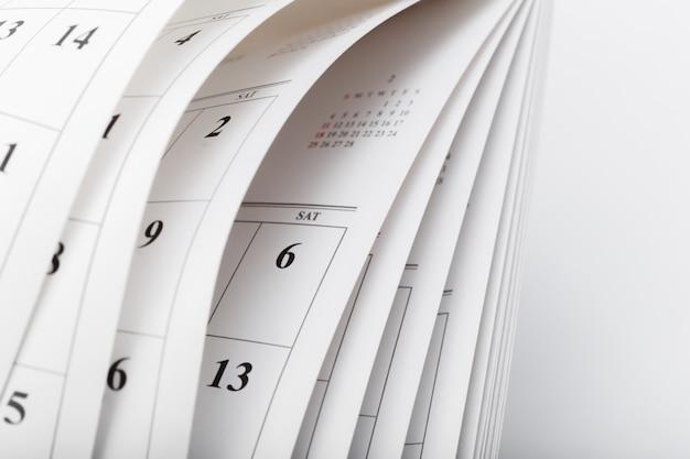 Las páginas del calendario cierran el concepto de tiempo comercial Foto Premium