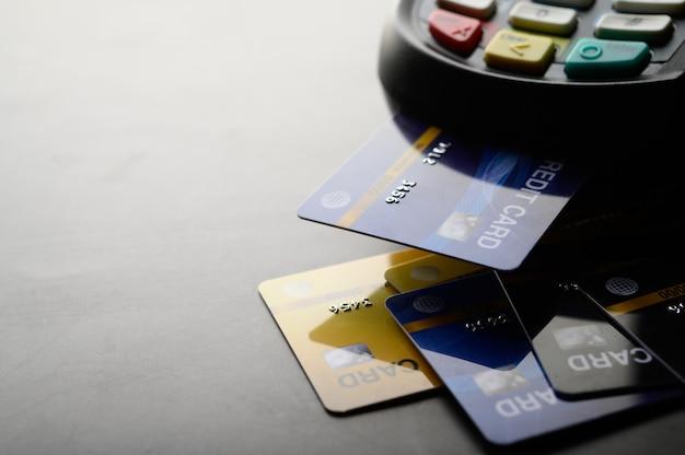 Pago con tarjeta de crédito, compra y venta de productos y servicios Foto gratis
