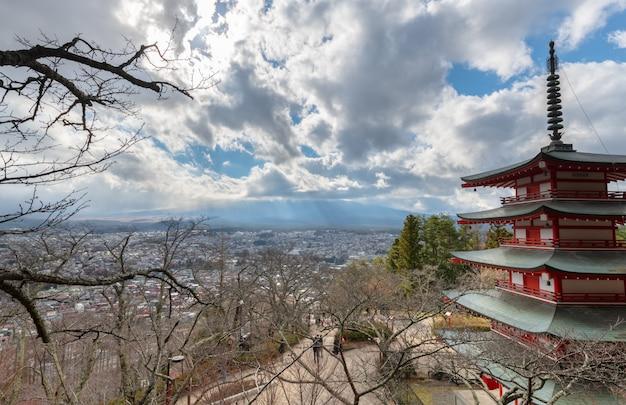 Pagoda de chureito y monte. fuji y cielo azul nublado Foto Premium