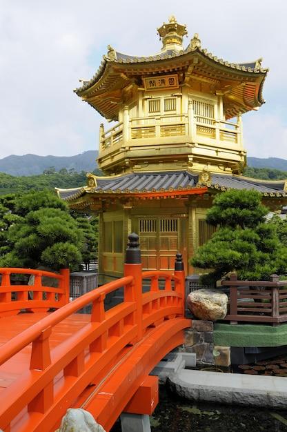 Pagoda dorada con puente rojo Foto Premium