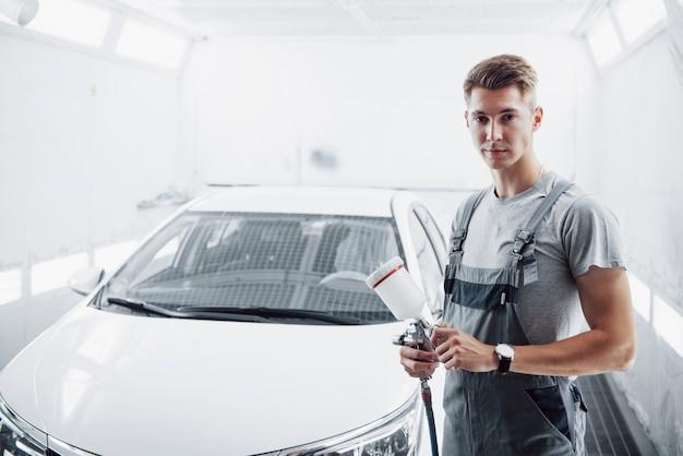 Paint spray master para pintura de automóviles en la industria automotriz. Foto Premium