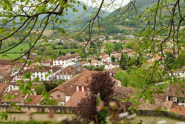 País vasco, saint jean pied de port en el sur de francia Foto Premium