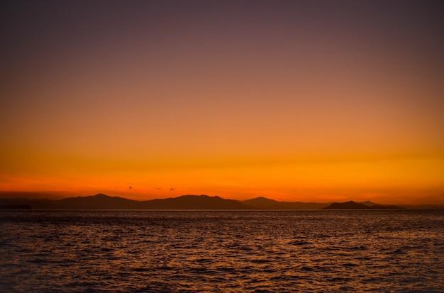 Paisaje al atardecer en el océano pacífico costa rica, puntarenas Foto Premium