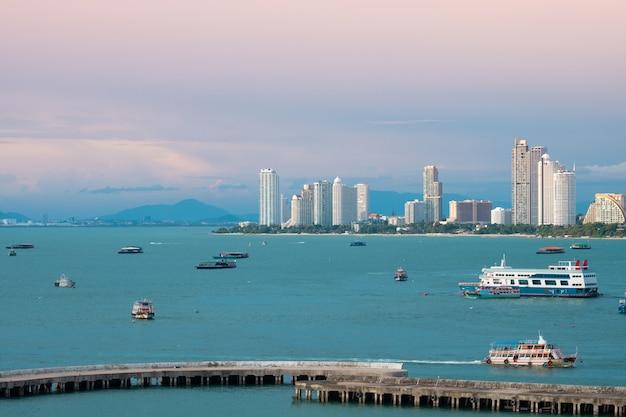Paisaje de la ciudad de pattaya hermosa vista a la bahía. Foto Premium