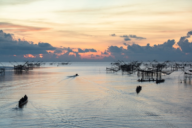 Paisaje hito de la vida del pescador tailandés rural Foto Premium