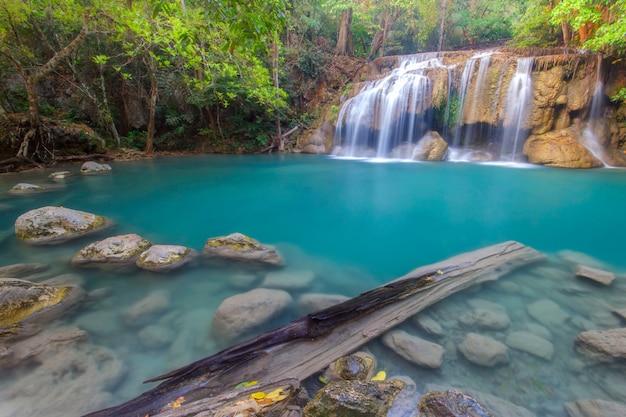 Paisaje de jangle con agua turquesa que fluye de la cascada de la cascada erawan en la selva tropical profunda Foto Premium