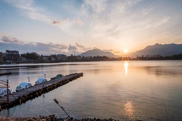 Paisaje de lago y montañas de japón Foto gratis