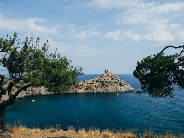 Paisaje con mar y montañas con cielo azul en verano Foto Premium