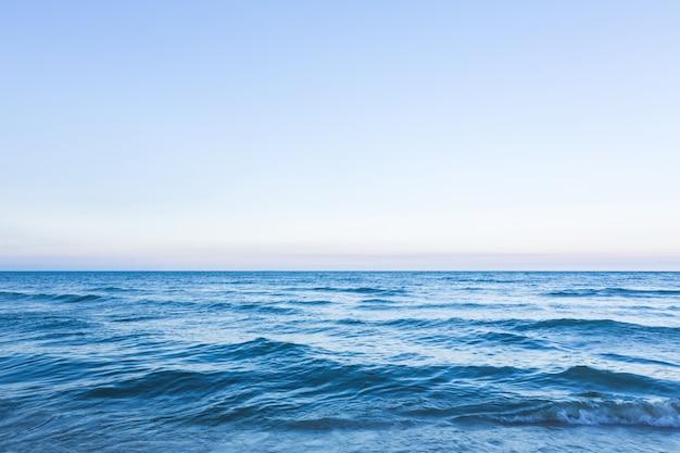 Paisaje marino fantástico con olas pequeñas Foto gratis