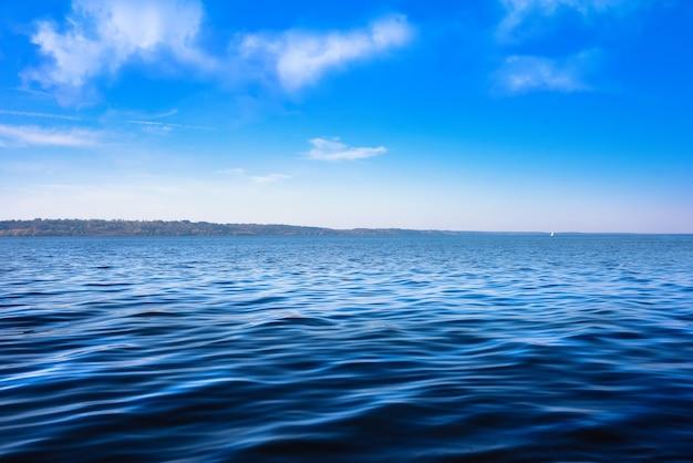 Paisaje marino con horizonte de mar y cielo azul profundo casi claro - fondo. Foto Premium