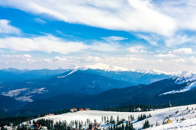 Paisaje de montaña cubierto de nieve Foto gratis