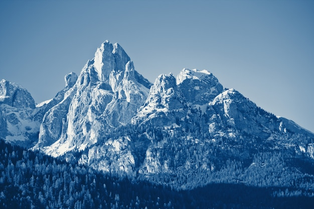 Paisaje de montaña de invierno clásico azul entonado Foto Premium
