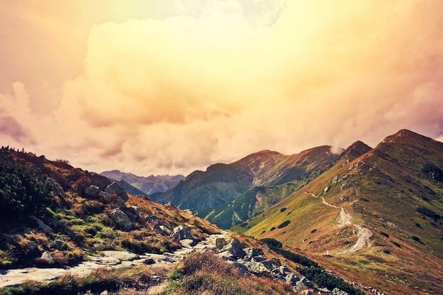 Paisaje de las montañas de la naturaleza de la fantasía y del colorfull. Foto gratis