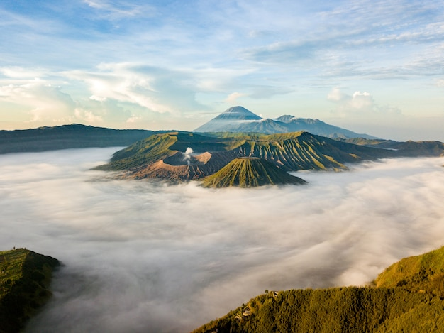 Paisaje de montañas nubladas Foto gratis