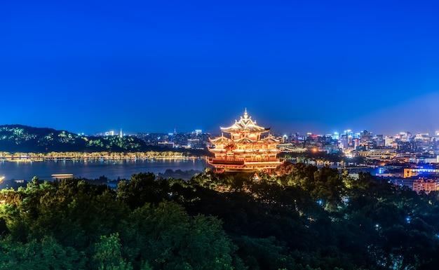 Paisaje nocturno de la ciudad de hangzhou y pabellón antiguo Foto Premium