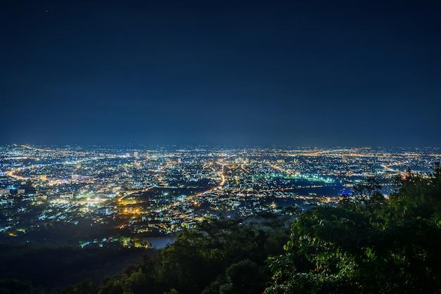 Paisaje nocturno de la ciudad desde el punto de vista en la cima de la montaña, chiangmai, tailandia Foto Premium