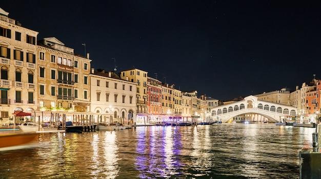 Paisaje nocturno de venecia Foto Premium