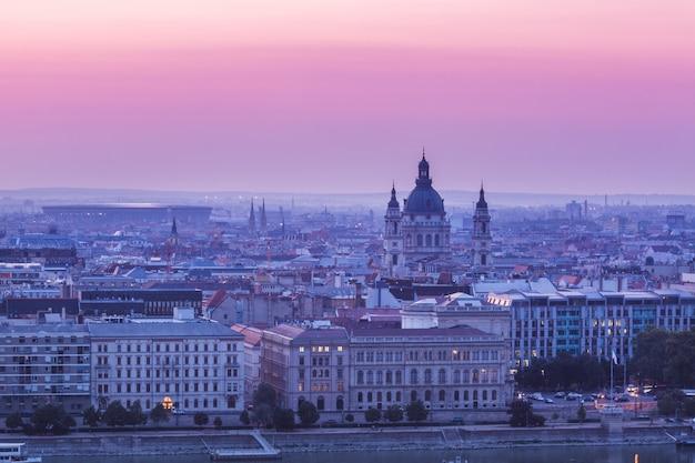 Paisaje panorámico del edificio del parlamento húngaro en el río danubio Foto Premium