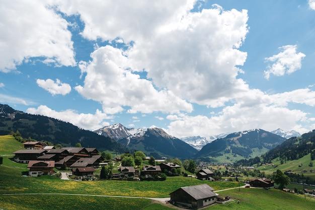 Paisaje pueblo suizo en el fondo de las montañas Foto gratis