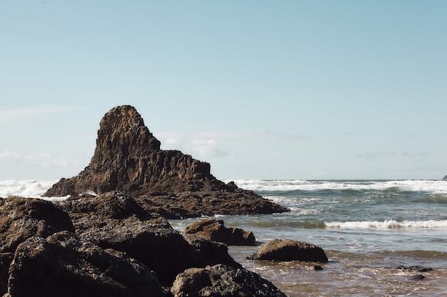 Paisaje de rocas en la costa del noroeste del pacífico en cannon beach, oregon Foto gratis