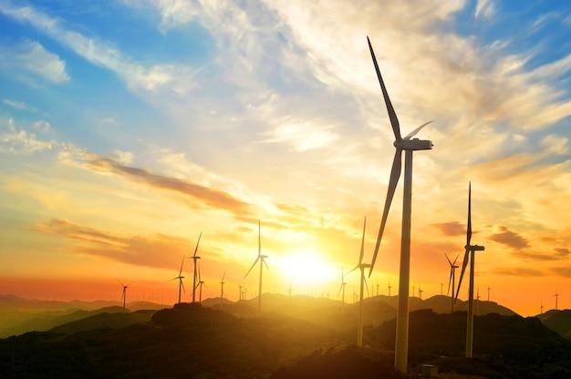 Paisaje soleado con molinos de viento Foto gratis