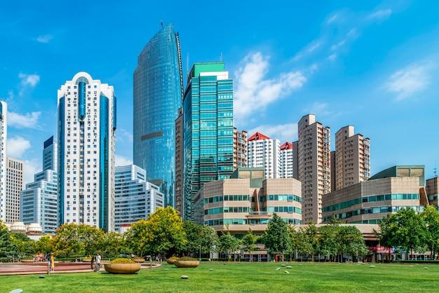 Paisaje urbano arquitectónico de la costa de qingdao y horizonte urbano Foto Premium