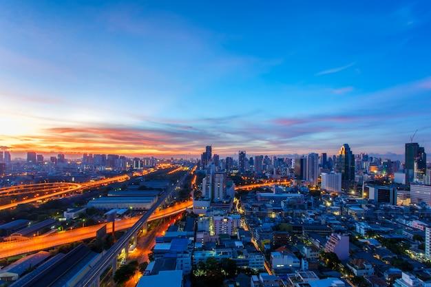 Paisaje urbano de bangkok, distrito de negocios con un alto edificio al amanecer, bangkok, tailandia Foto Premium