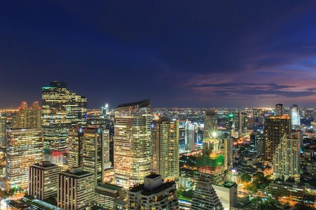 Paisaje urbano de bangkok, distrito de negocios con alto edificio al atardecer (bangkok, tailandia) Foto Premium